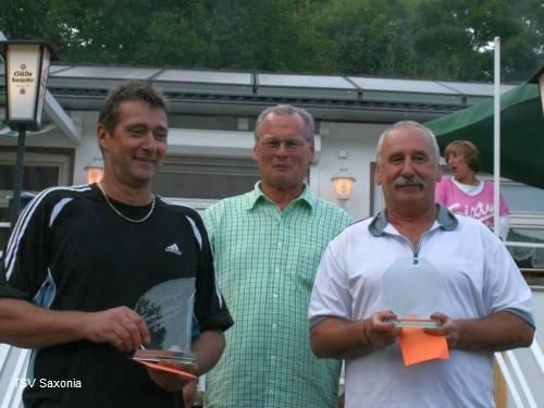 Die Stadteilmeister Klaus Bartilla (l.) und Manfred Kling (r.) beide Tus Ricklingen mit Organisator Hans-Martin Böttcher