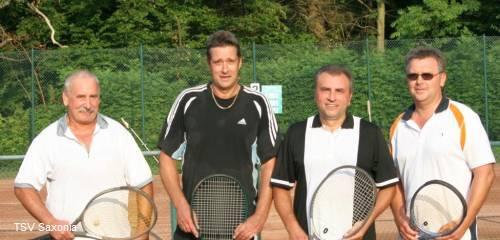 Spieler des letzten Spieles der Stadtteilmeisterschaft von links Manfred Kling, Klaus Bartilla, Hans Schirdewahn sowie Wolfgang Koch (alle Tus Ricklingen)