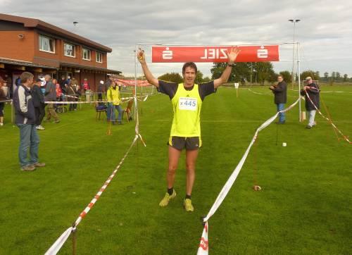 Europameister Thomas Ruminski nach 20-Kilometern im Ziel in Rottorf bei Winsen/Luhe