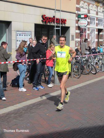 Norden - Thomas Ruminski gewinnt leicht und locker die Landesmeisterschaft im 10 km Straßenlauf am 14.4.2012