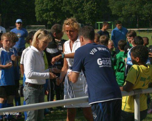 Doris Schröder-Köpf und die 1. Vorsitzende des VfB, Regina Dieselhorst, während der Siegerehrung des E-Jugendturniers bei der Medaillenübergabe