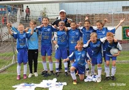 Trainer Olaf Steinwedel mit den E-Jugend Fußballern des VfB Wülfel