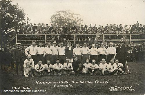Gemeinsames Mannschaftsfoto von Hannover 96 und Kurhessen Cassel (Foto: Historisches Museum Hannover)