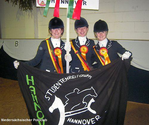 Die Siegerinnen Kim Yvette Kailing, Sarah Schubert und Lyn Lisette Kailing (v.l.) nach der Platzierung auf der Reitanlage des Reitsportswintermühle in Frankfurt am Main