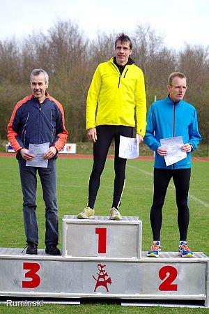 Jürgen Schwarz (SC Lüchow), Sieger Thomas Ruminski (SVE Hiddestorf) und Ingo Jagdhuber (LG Bremen Nord - v.l.)