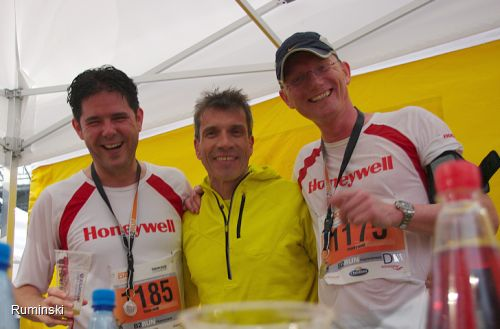 Björn Jackisch (Geschäftsführer Honeywell Seelze), Europameister Thomas Ruminski, Mattis Gosmann (Global Business Manager IFC Honeywell Seelze)
