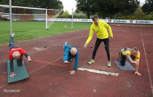Stabilisationsübungen mit mit Europameister Thomas Ruminski (in gelb) vom SVE Hiddestorf