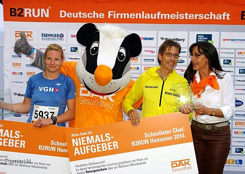 Europameister Thomas Ruminski in Hannover mit dem Pokal schnellster Chef