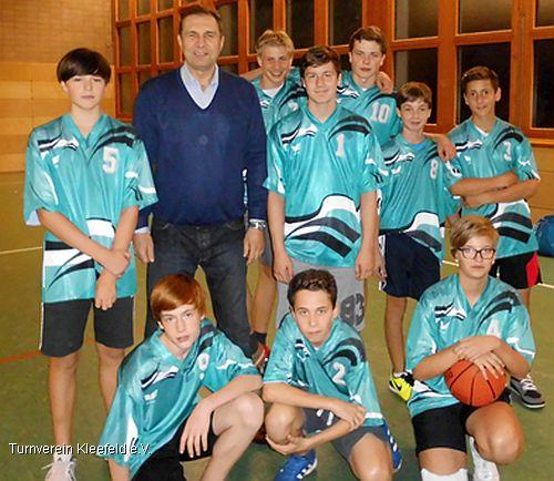 Die jungen Basketballer des TVK mit Trainer Igor Gromak vor dem Spiel