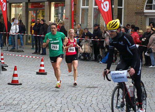 Ulrike Wendt läuft mit Pacemaker Thomas Ruminski Streckenrekord in Hameln